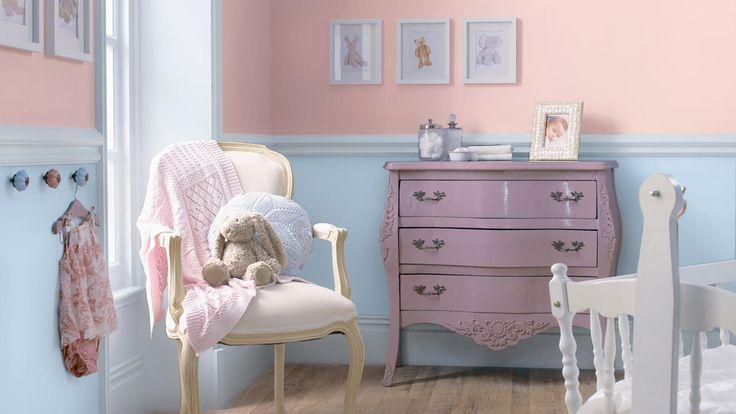 Equilibrez la suavité du rose layette avec un bleu frais dans cette chambre d'enfant pleine d'adorables détails décos pour créer un espace calme et reposant.
