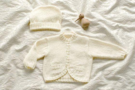 Wir zeigen Ihnen, wie eine absulot niedliche Babyjacke mit Zopfmuster selber stricken können. Plus: Strickschrift zum Download. © Schachenmayr