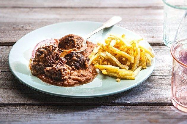 Μοσχαράκι στιφάδο που λιώνει στο στόμα, με σάλτσα που θυμίζει κρέμα χάρη στα κρεμμύδια που γλασάρουν στο βράσιμο. Φροντίστε να μην τσιγαρίσετε τα κρεμμύδια ώστε να παραμείνει το φαγητό πεντανόστιμο και ελαφρύ.