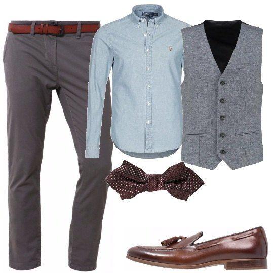 Pantaloni chino color grigio con cintura marrone scuro, camicia in denim chiaro, gilet classico con bottoni, papillon doppio in microfantasia, mocassino classico con nappine.