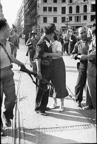 Un miliciano besa a su novia en Julio de 1936 Fotógrafo: Agustí Centelles, Imágenes de La Guerra Civil Española