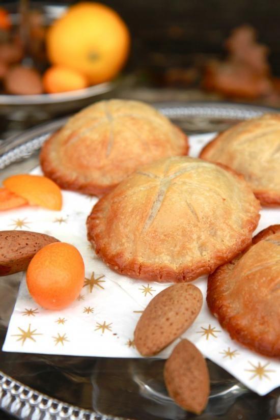 Mixer les amandes et les réduire en poudre. Dans un bol, mélanger ensemble la margarine (molle, légèrement fondue), la purée d'amande, la crème végétale, l'extrait d'amande amère, la vanille, la pincée de sel et le sucre pour obtenir un mélange mousseux et homogène. Dérouler la pâte et découper 12 cercles à l'aide d'emporte-pièces ou petit cercle à pâtisserie (verre, etc). Étaler une feuille de papier cuisson (ou conserver celle de la pâte) sur la plaque du four et déposer 6 cercles de pâte…