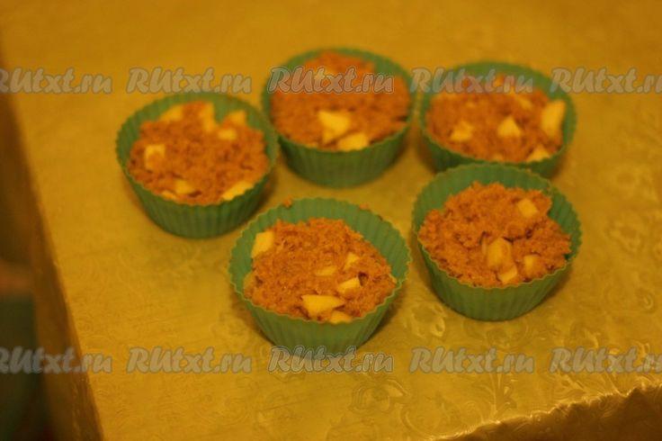 Утрамбовать тесто в формочки для кексов
