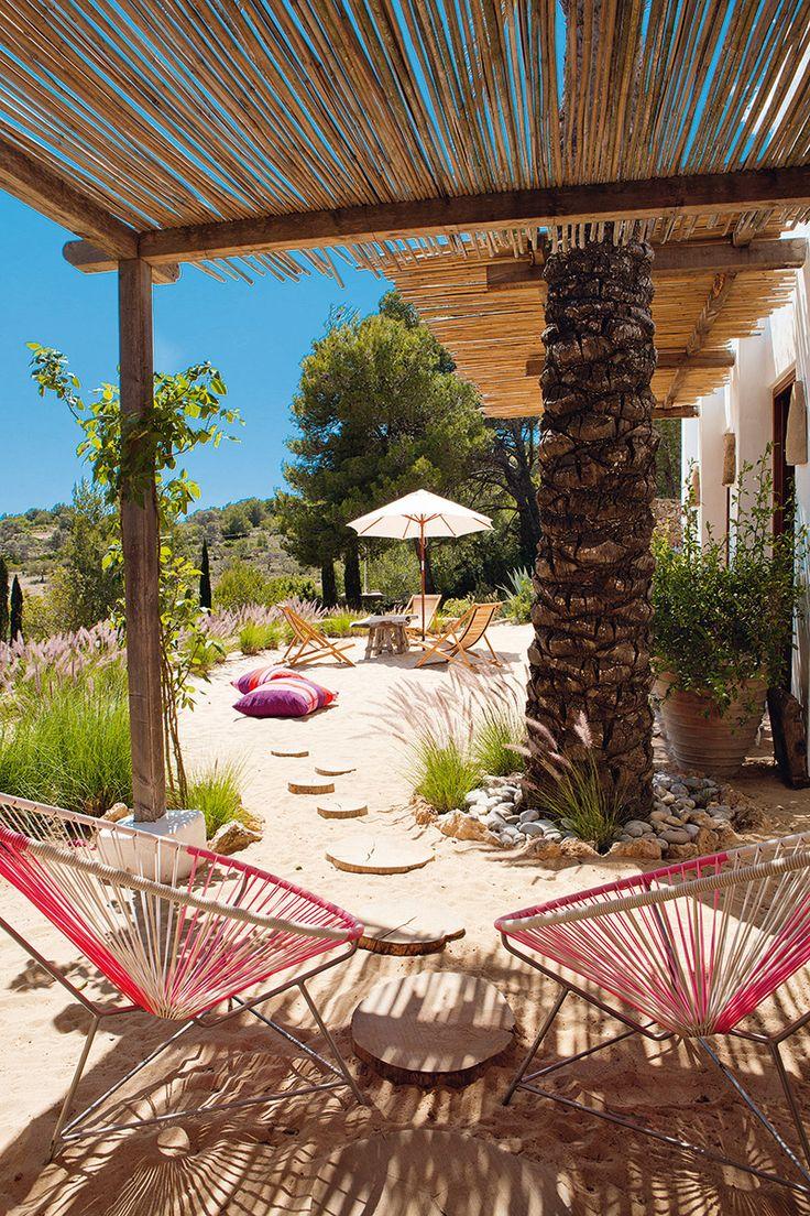 Si me preguntan como seria la casa de mis sueños, podría ser algo así: mucho blanco, mucho coló, oliveros, sillas sobre la arena, mesas sobre el campo y techos de bambú © ricardo labougle ibiza house