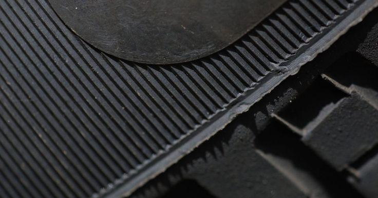 Como limpar borrachas grudentas. As borrachas podem ficar grudentas por inúmeras razões. Sapatos podem deixar faixas pegajosas sobre um tapete de borracha, ou comida grudenta pode ser deixada para trás em uma espátula de borracha. Para se livrar do resíduo pegajoso, você deve usar algo que dissolva a rigidez sem prejudicar a borracha. Produtos de limpeza alvejantes e à base de ...