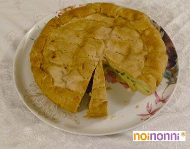 Una torta salata gustosa e semplice da fare, perfetta per una cena rustica, con un composto di riso e zucchine, in un croccante involucro di pasta brisée.