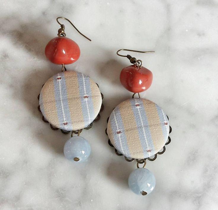 Orecchini tessili con bottoni fatti a mano e pietre dure by Fiori del mare