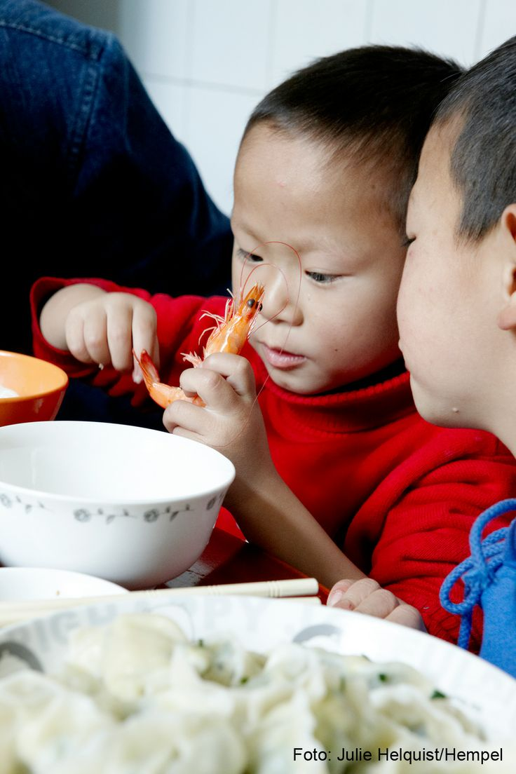 Et par drenge fra SOS-børnebyen i Chengdu, Kina, er i gang med at spise frokost.