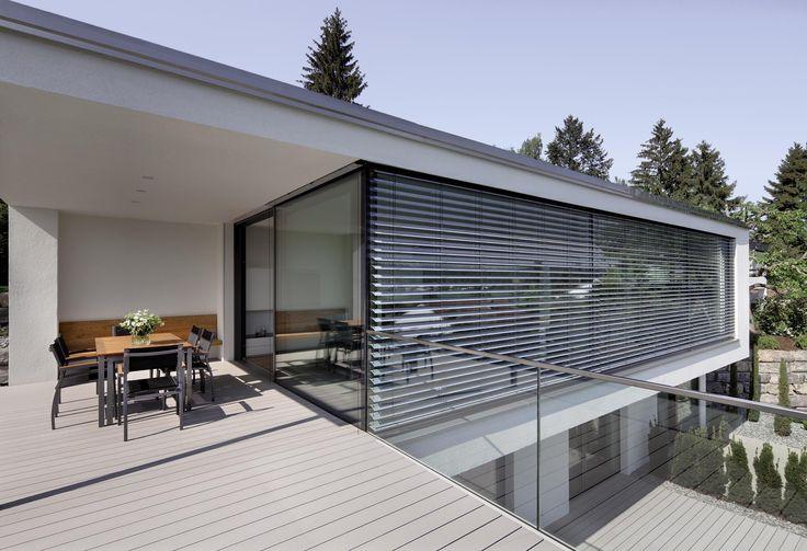 Steuern Sie das Tageslicht flexibel und stilvoll mit Raffstoren. #Sonnenschutz #Jalousien #außen #Architektur