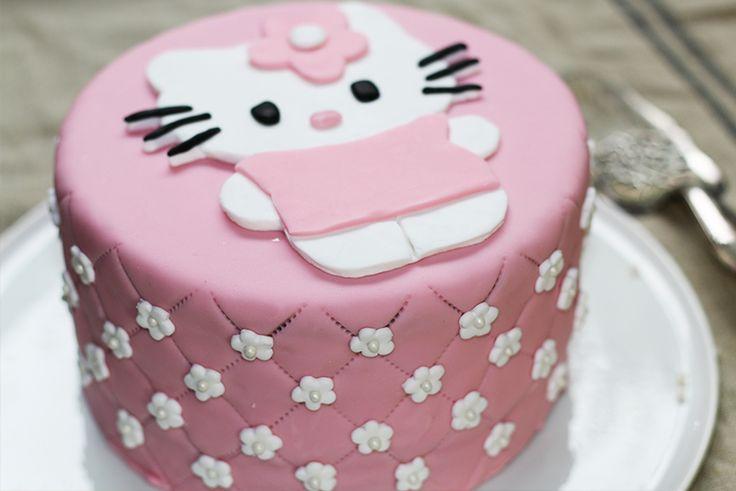 Niveau de difficulté Facile Temps de preparation 2 h Portion 8 ou + Imprimer la fiche recette Cake design, épisode 3 : décorer un gâteau d'anniversaire Hello Kitty! Dans le 1er épisode, nous réalisons un gâteau éponge, la base idéale pour réaliser un cake design en pâte à sucre ou en pâte d'amande. Dans ce nouvel épisode, …