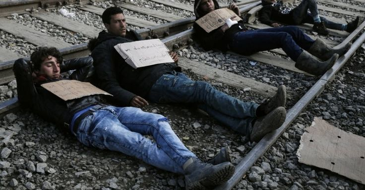20160318 - Refugiados sírios deitam em trilhos próximo a fronteira entre Grécia e Macedônia. Autoridades macedônias enviaram de caminhão cerca de 1.500 imigrantes e refugiados de volta para a Grécia depois que eles forçaram caminho através da fronteira  PICTURE: Alkis Konstantinidis/Reuters