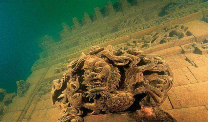 China National Geography La cité des Lions engloutie en Chine Elle fut noyée volontairement en 1959 dans le lac Qiandao (qui veut dire les 1 000 îles) et devait permettre la construction d'un barrage hydraulique de la rivière Xin'an. La cité des lions est toujours intacte et très bien préservée et se situe à une profondeur de 26 à 40 mètres.