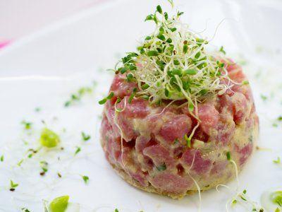 Tartara de atún con aguacate y mayonesa al estilo japonés. Atún crudo en cubos para acompañar cualquier platillo de sushi