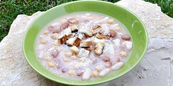 Tagliate su un tagliere la pancetta a dadini eliminando la cotenna. Tritate finemente l'aglio e il prezzemolo. Sciacquate dal liquido di conserva i fagioli, i cannellini e i ceci. Cuocete e rosola...
