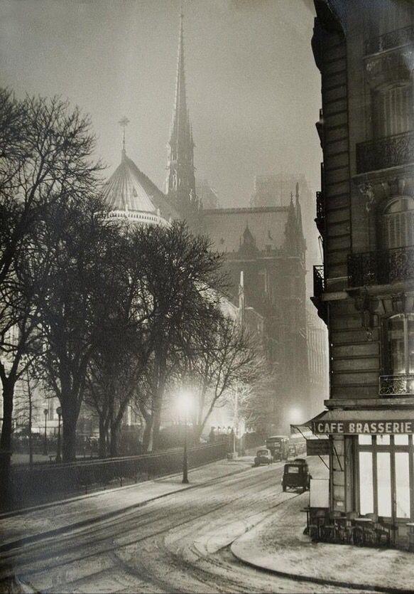 A winter night in Paris, 1953. Photograph by Albert Monier.