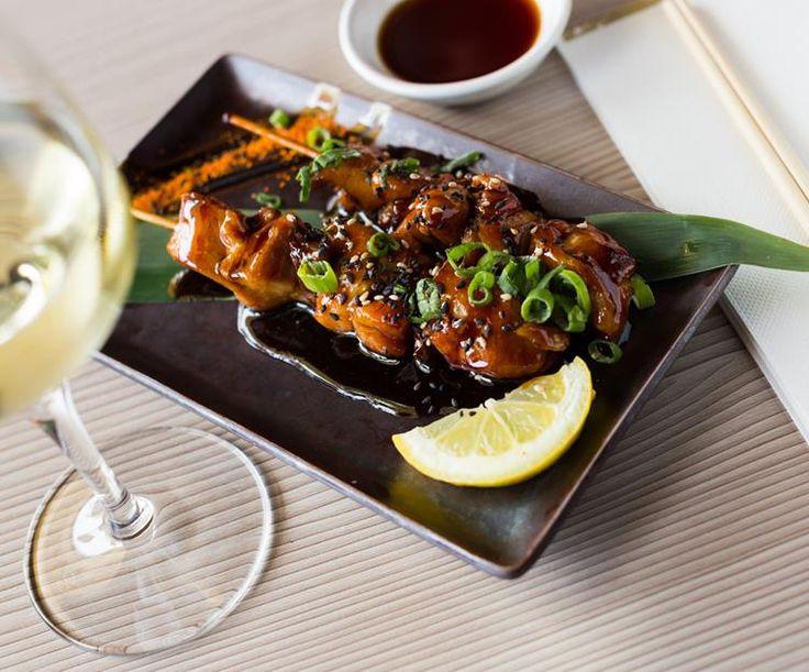 Yakitori: Kleine Japanse saté van de grill met een saus van soja en mirin (Japanse rijstwijn)