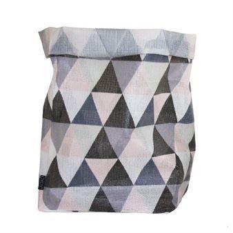 De härliga Hokus Pokus förvaringspåsarna från OYOY trollar bort alla prylar och leksaker i ett nafs. Påsarna är tillverkade i polyester med trendiga mönster och är dessutom vattenavvisande vilket gör att de kan användas både inomhus och utomhus. Påsarna kommer i olika storlekar och rymmer både stora och små saker, perfekta som tvättkorgar eller som förvaring till barnkammaren!