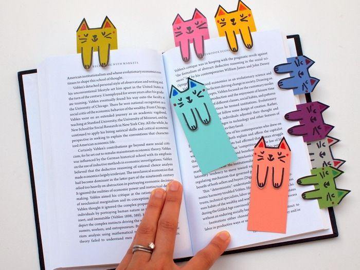tutoriel pour fabriquer une marque page diy, motif chat dessiné sur du papier coloré, activité manuelle primaire