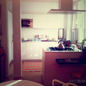 La mia cucina: aperta sul soggiorno, completamente bianca, penisola per i fuochi, piani in quarzo bianco e noce scuro.