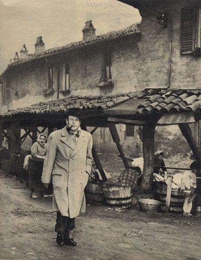 Simenon a Milano  Uno degli angoli più vecchi di Milano è il vicolo dei lavandai, lungo il Naviglio, a porta Ticinese. La scenografia sembra ricavata da un romanzo di Zola o da un film di Carné. E' una strada autentica, ma tanto pittoresca da sembrare falsa. Simenon si è trattenuto a lungo con le lavandaie interrogandole sulle loro condizioni di vita.