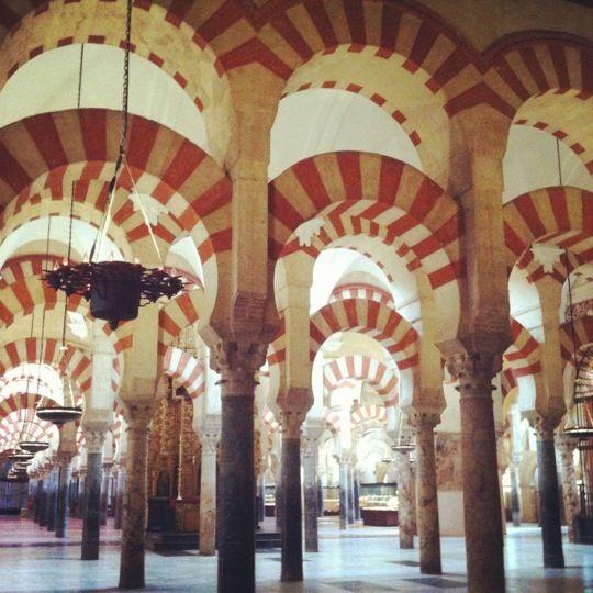Córdoba atrapa... calleja estrechas, sus casitas blancas, el sol, la alegría... es una ciudad con mucha mágia!!!