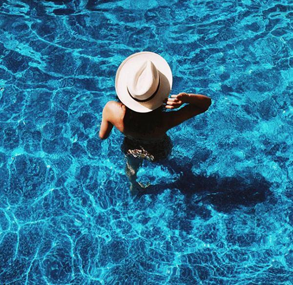 julesdenby instagram:chapéu na piscina