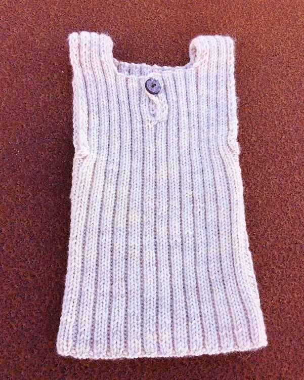 Strik varm og blød babyundertrøje i superwash uld. Opskrift for begyndere.