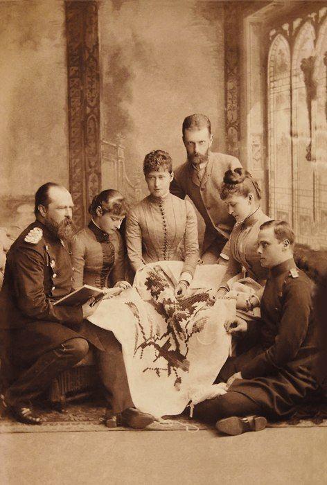 Великокняжеская чета в гостях у дармштадтских родственников. Великая княгиня Елизавета Федоровна — вторая справа; вторая слева — принцесса Алиса, будущая императрица Александра Федоровна