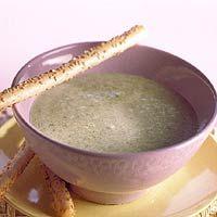Eenvoudige courgettesoep /  - 2 courgettes   - 1 kleine ui    - 2 teentjes knoflook    - 2 el boter of margarine    - 2 groentebouillontabletten    - 100 g verse roomkaas met kruiden    - 8 soepstengels met sesamzaad (pak a 100 g)