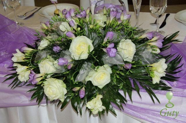 svadobná výzdoba bledá fialová frézia Hotel Vion aranžmán na hlavnom stole