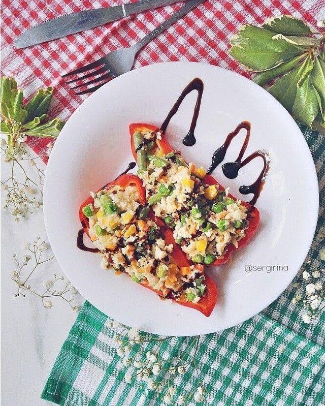 Фаршированные перчики омлетом с овощами Ингредиенты: - 1 яйцо, 1 белок - молоко 30 мл - овсянка 30 г - замороженные овощи (мексиканская смесь) - перец сладкий