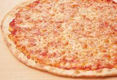 本格的なニューヨークピザが破格の値段で食べられる専門店99 FRESH NY PIZZAが神奈川県JR橋本駅にオープン その価格がなんとも驚きでなんと99円(@_@) 1スライス99円税別で食べられるのはニューヨークピザの定番である薄い生地にフレッシュなトマトソースとチーズだけというシンプルなピザだけなんだけどカリッとモチモチで美味しい ちょっと小腹が空いた時にピッタリだね()v tags[神奈川県]