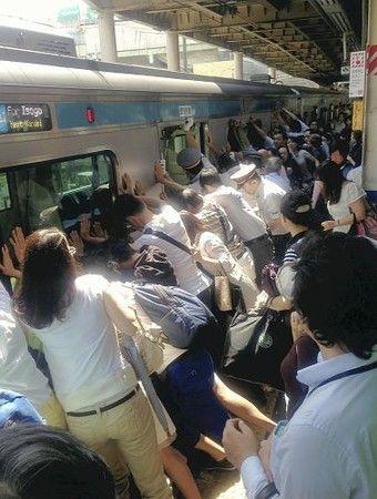 Oh... :ホームで隙間に女性が…乗客ら車両押して救出