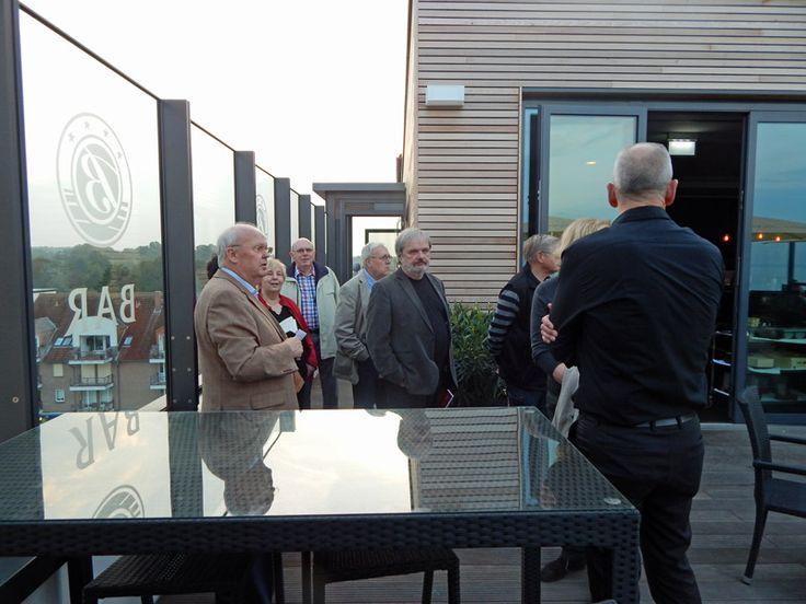 Herr Haltermann Senior, Inhaber des Hotel Bayside zeigt die barrierefreien Bereiche des Hotels.