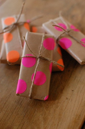 Display Tip: Kraft Paper, Polka Dots, Diy Gifts, Gifts Wraps, Handmade Gifts, Garage Sales, Hands Made Gifts, Wraps Paper, Paintings Brushes