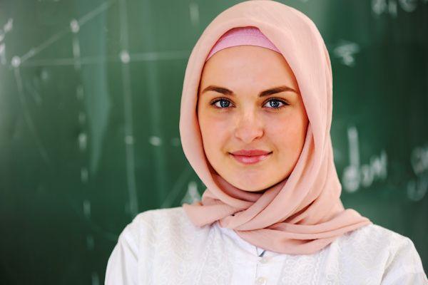 """Bij de recente golf asielzoekers zijn veel alleenstaande jongemannen. Toch zijn er ook single vrouwen. Wij volgden Maida (23), die in haar eentje van Syriënaar Nederland vluchtte. """"Wat me direct opviel, was de gastvrije ontvangst"""", zegt de beeldschone Maida. """"Bij het asielzoekerscentrum stonden roepende mensen met spandoeken om ons welkom te heten. Ik kon de spandoeken niet lezen, maar het [...]"""