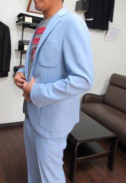 サックスブルーな人  夏に向けて この色も淡くて綺麗なサックスブルーでしょ  最初は ダークスーツ一辺倒の方でした  でも毎年作っていると ダークスーツは一杯になってきて 次のスーツは ? 何に  こうなって来るのが自然です  それで スーツを着たままゴルフに行けるスーツ こういうのが欲しいです  それではと どんどんラフなスーツになっていって  とうとう 芯地も肩パットも何も無いスーツに 色合いも綺麗な色へと  秋冬の提案も考えておかないと 笑