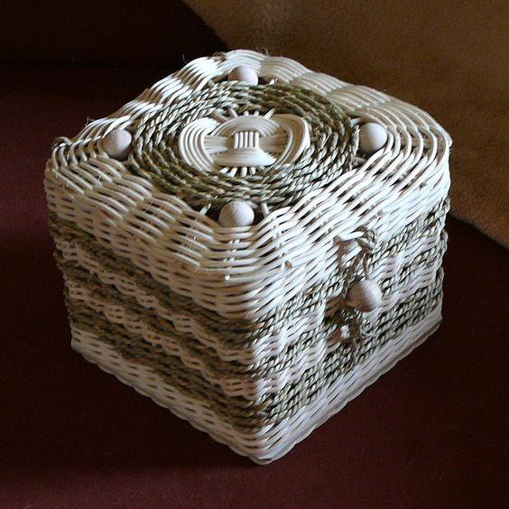 Krabička+na+svatební+dar+Krabička+zhotovená+na+přání+jak+obal+na+svatební+dáreček+je+upletená+z+pedigu+a+mořské+trávy,+dozdobena+velkými+dřevěnými+korálky.+Rozměry+jsou+15+x+15+cm,+výška+16+cm.++++++++++: