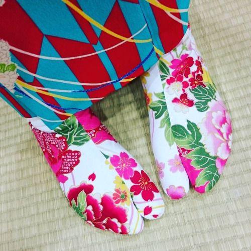 ando-maria: 靴が大好きな私。足元はやっぱりこだわりたい(^ω^)ってことでわがまま言って足袋までこだわらせてもらいました♡すれ違う人に足袋可愛いと言ってもらえることが多くて幸せでした! レンタル着物でも小物を自分で持って行くとそれだけで楽しさ倍増だ!この日は髪飾りと足袋を持参しました(`・∀・´)あ、あと番傘も持って行ったっけ! #まりあんぬ #安藤麻里愛 #Maria #モデル #model #ポートレート #ポートレート部 #portrait #愛知 #名古屋 #Nagoya #京都 #レンタル着物 #豆千代モダン #Kimono #KIMONO #Kimonogirl #レトロ #モダン #足袋 #着物 #cooljapan #Japan #instagood #instacool #IGersjp #写真撮ってる人と繋がりたい #写真好きな人と繋がりたい