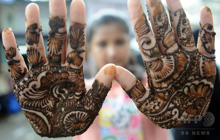 インド・ムンバイ(Mumbai)で、断食月「ラマダン(Ramadan)」の終わりを祝う祭り「イード・アル・フィトル(Eid al-Fitr)」に先立ち、露店で「ヘンナ」と呼ばれる伝統的な染料を用いた装飾を両手に施してもらったイスラム教徒の少女(2014年7月28日撮影)。(c)AFP/INDRANIL MUKHERJEE ▼30Jul2014AFP|断食月ラマダン終了、世界各地で「イード・アル・フィトル」 http://www.afpbb.com/articles/-/3021766 #Mumbai