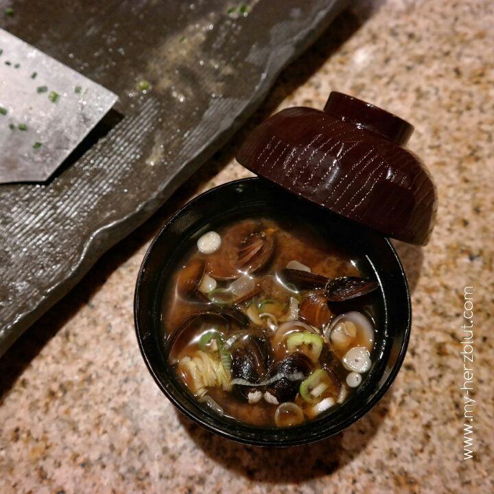 Japanische Muschelsuppe - ein Gang vom Menü im besten Teppanyaki Restaurant in Tokio.