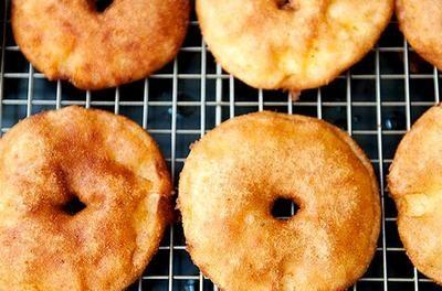 Tsja, appelbeignets horen toch ook echt bij Oud & Nieuw, toch? Vandaag deel ik een recept voor heerlijke, vers gebakken appelbeignets. Ze bevatten geen toegevoegde suikers, zuivel of tarwe. Ideaal om op Oudjaarsavond samen met de Suiker- en Zuivelvrije Oliebollen te combineren :)