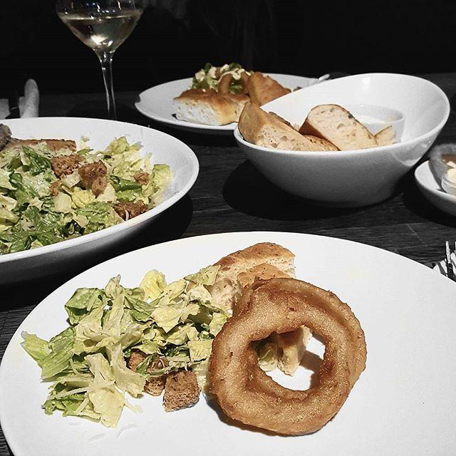 Fiiin kveld 👌    #food #resturant #onionrings #salad #vegetarian #wine #vegan #foccatia #salad
