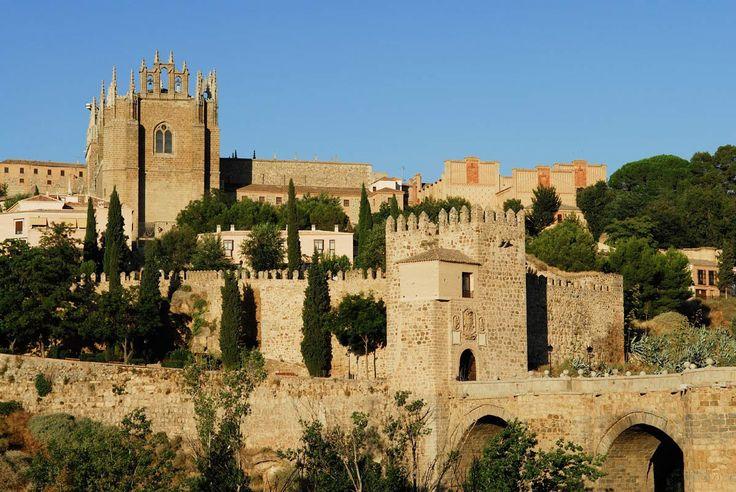 Paseamos por 12 villas españolas donde el tiempo parece haberse detenido en la época medieval. Un viaje al Medievo mejor conservado de nuestra geografía donde murallas, castillos, monasterios y palacios señoriales nos dejarán con la boca abierta.