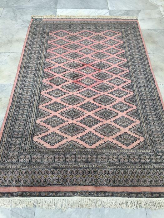 Extra fijn Bokhara Kashimir tapijt Pakistan circa 1960  Extra fijn Bokhara Kashimir tapijt Pakistan circa 1960. Prachtige extra fijn Bokhara deken van wol en eventueel fijne silk hand-geknoopt met een extreem hoge knot dichtheid waardoor samen met de uitstekende kwaliteit van de wol van de Kashimir en de zijde de deken van stapel luxe en elegant als fluweel. Zachte deken met totale dikte (warp en stapel) van slechts 4-5 mm; het gebied beschikt over een mooie kleur ergens tussen rood en een…