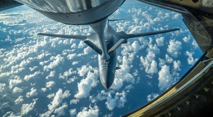 <p>Uno de los dos bombarderos B-1B de la Fuerza Aérea de Estados Unidos se reabastece de combustible en pleno vuelo hacia la península coreana el 30 de julio del 2017. Los bombarderos despegaron de una base aérea estadounidense en Guam y fueron acompañados por aviones de combate japoneses y surcoreanos durante el ejercicio. (U.S. Air Force photo/Staff Sgt. Joshua Smoot/Handout via REUTERS) </p>