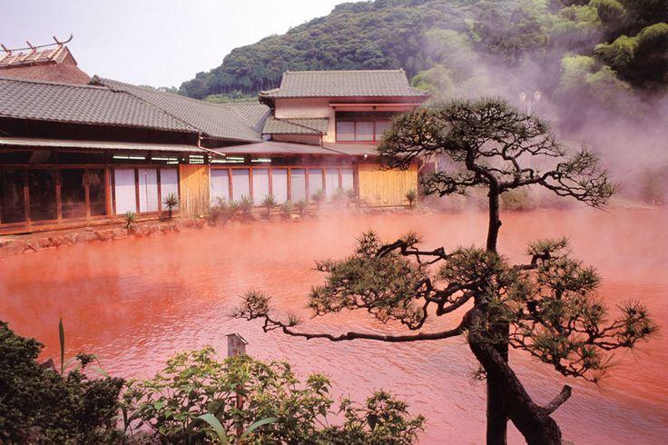Heiße, rot gefärbte Thermalquellen in Beppu, Japan