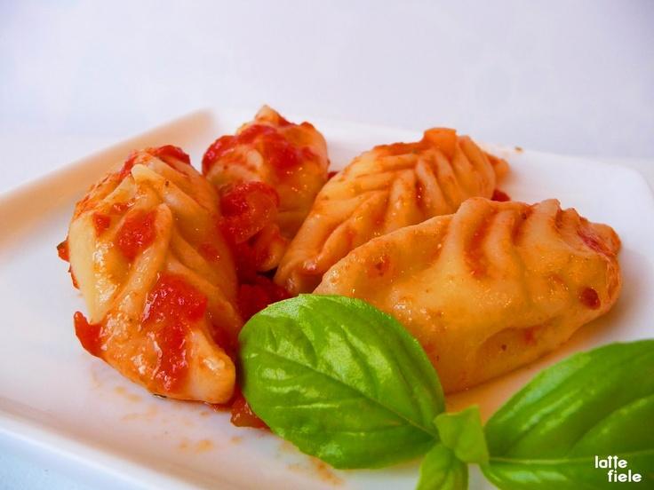 Culurgiones Ogliastrini (Patate, formaggio e menta), serviti con sugo e Pecorino sardo.