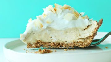 This wonderful pie is made of a oat-almond crust with a coconut pudding filling and topped with a tasty and fluffy coconut whipped cream! It's super delicious, vegan and gluten-free! A great pie that everyone can enjoy! #vegan #veganrecipes #veganfood #pie #cake #coconut