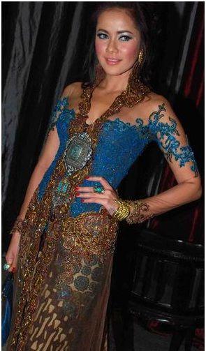 Kebaya looks pretty cool #Indonesian #Indonesianfashion #style http://livestream.com/livestreamasia